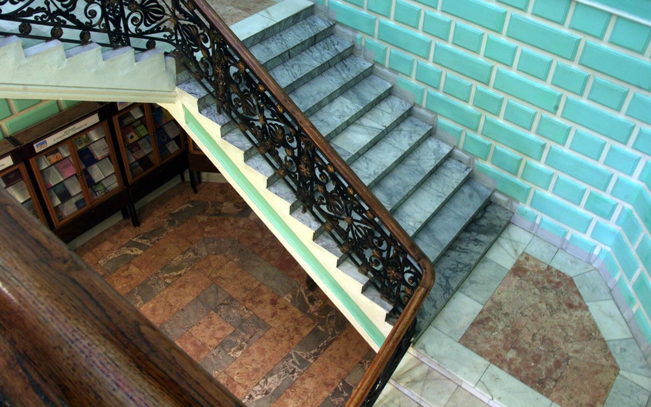 Сходи на 2-й поверх до великої читальної зали. Вид зверху